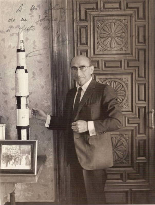 Juan Gyenes fotografiado junto a la maqueta de un cohete