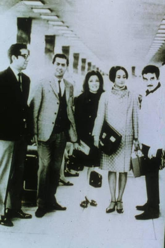 Gabriel García Márquez junto a su mujer Mercedes y Mario Vargas Llosa en el aeropuesto de Lima en 1967