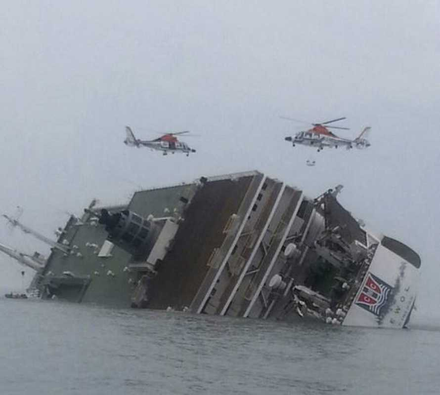 Ferry sinking off South Korea with 450 people on board BARCO SURCOREANO SE HUNDE CON 450 PERSONAS A BORDO