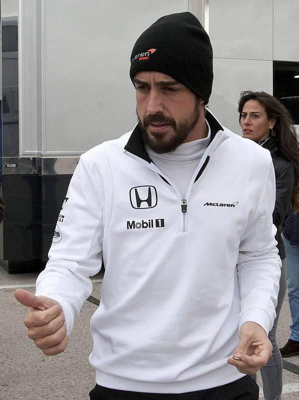 Fernando Alonso saliendo de su autocaravana durante una de las 19 pruebas del Mundial.