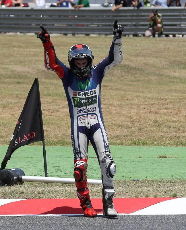 El piloto español de Yamaha celebra su victoria en el GP de Catalunya; hizo pleno en las cuatro carreras en España.