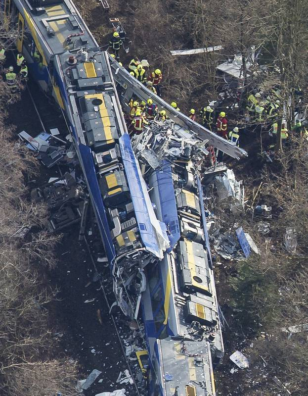 Al menos ocho personas murieron y alrededor de 150 resultaron heridas en este choque de trenes en Baviera