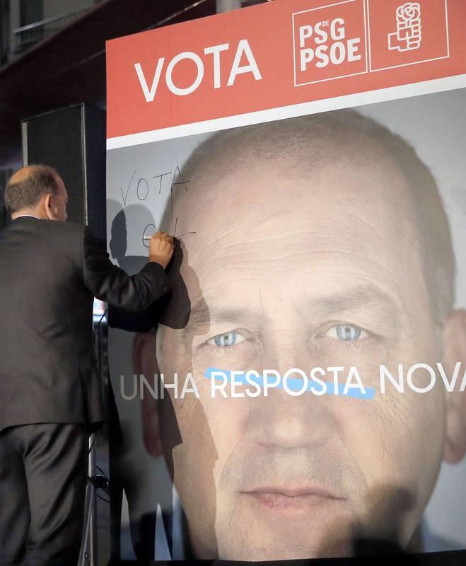 El candidato del Psdg-PSOE a la presidencia de la Xunta, Joaquín Fernández Leiceaga, en la pegada de carteles.