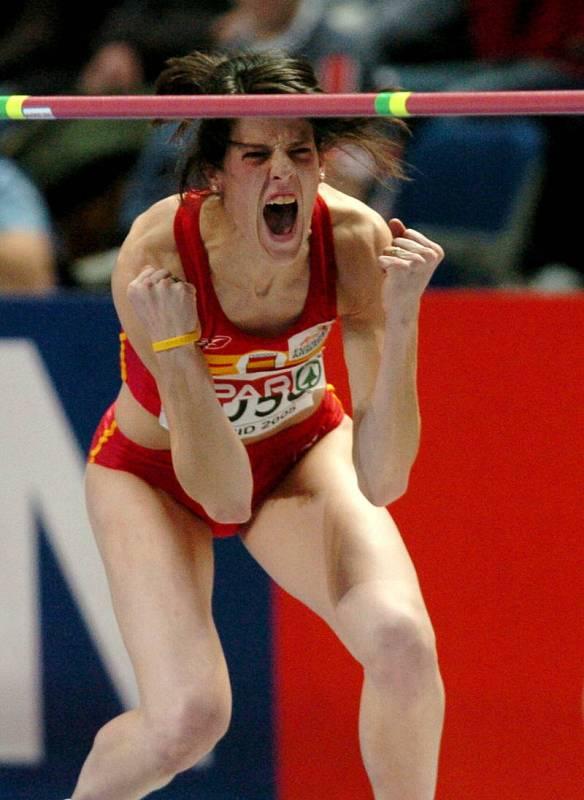 Ruth Beitia muestra su alegria tras superar los 1.99 en la final de la prueba de salto de altura de los Campeonatos de Europa de Atletismo en pista cubierta de Madrid, donde se colgó la plata, su primera medalla internacional.