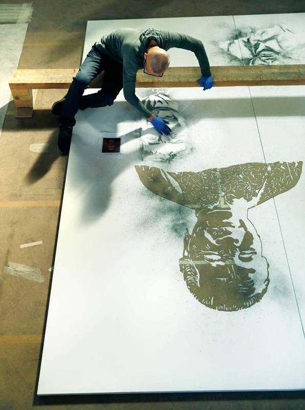 Cai Guo-Qiang durante el proceso creativo de la obra Las nubes distantes en el Salón de Reinos. Madrid, 2017