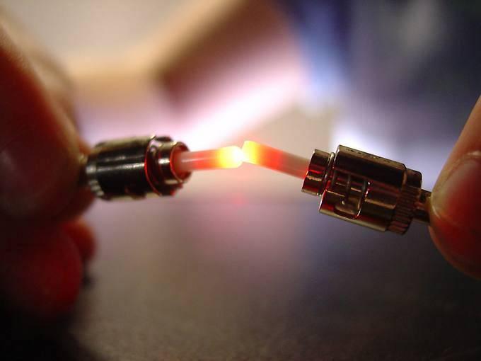 La idea de usar la luz confinada en un medio para transmitir la información llegó en 1870.
