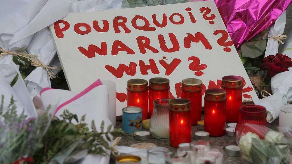 """Una nota pregunta """"¿por qué?"""" en un memorial frente a la sala Bataclan, escenario de los atentados de París, el 16 de noviembre de 2015. REUTERS/Christian Hartmann"""