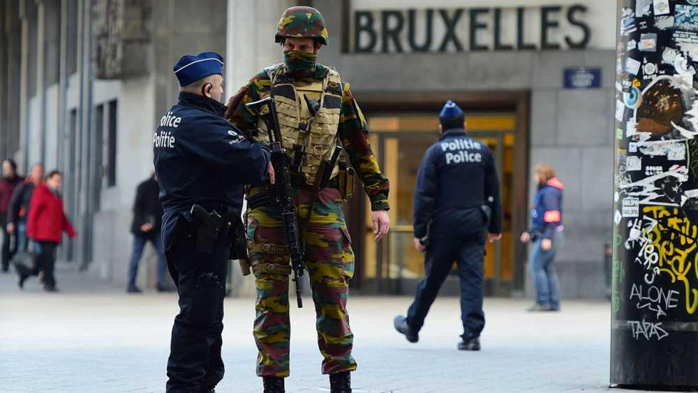 Una policía y un soldado vigilan frente a la entrada de la Estación Central de Bruselas