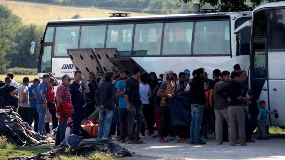 Un grupo de refugiados es evacuado del campo de Idomeni en un autobús