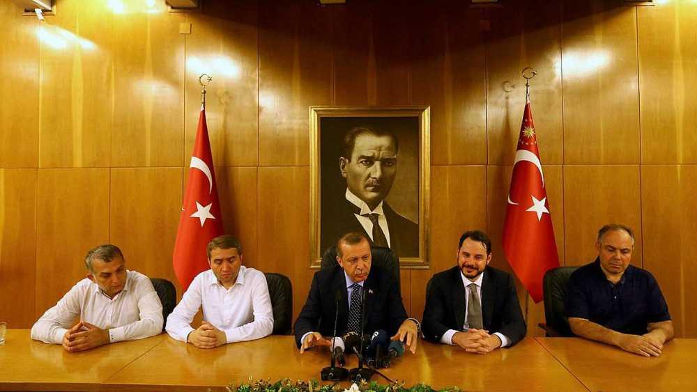 El presidente turco, Recep Tayyip Erdogan, durante la comparecencia en el aeropuerto de Atatürk, en Estambul, tras el intento de golpe de Estado, el 16 de julio de 2016 REUTERS/Huseyin Aldemir