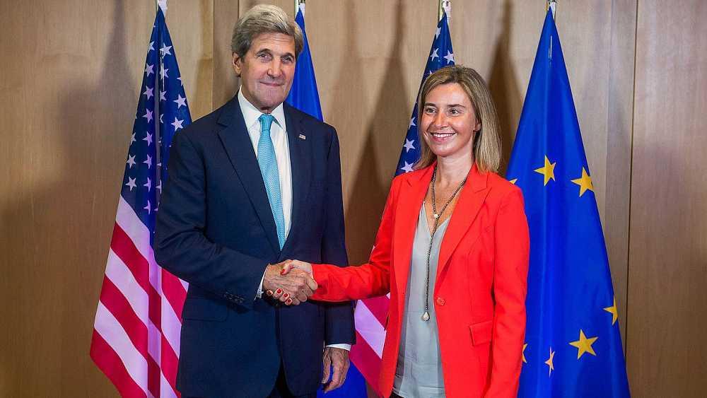 El secretario de Estado de EEUU, John Kerry, y la Alta Representante de la UE para Asuntos Exteriores y de Seguridad, Federica Mogherini, en Bruselas, antes de la reunión del Consejo Europeo de ministros de Asuntos Exteriores, el 18 de julio de 2016.