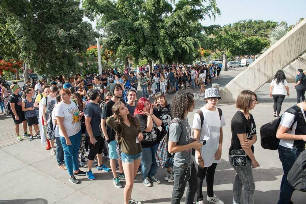 Cientos de jóvenes hacen cola para entrar a la TLP Tenerife 2016