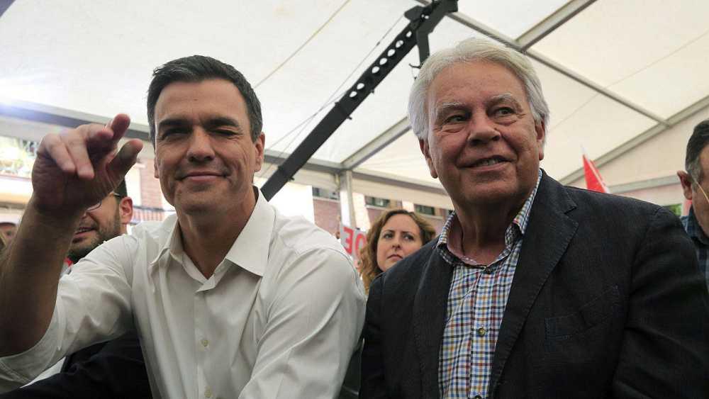 Felipe González en un mitin de las pasadas elecciones de junio con Pedro Sánchez (i)