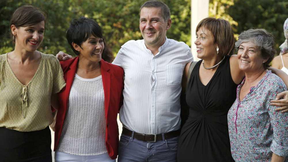 Arnaldo Otegi posa junto a las candidatas de Bildu Jasone Agirre, Maddalen Iriarte, Miren Larrion y Laura Mintegi.