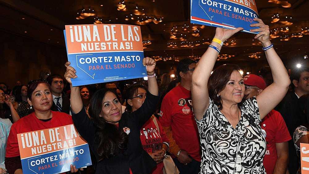 Un grupo de mujeres celebra la victoria de la primera senadora latina en EE.UU.