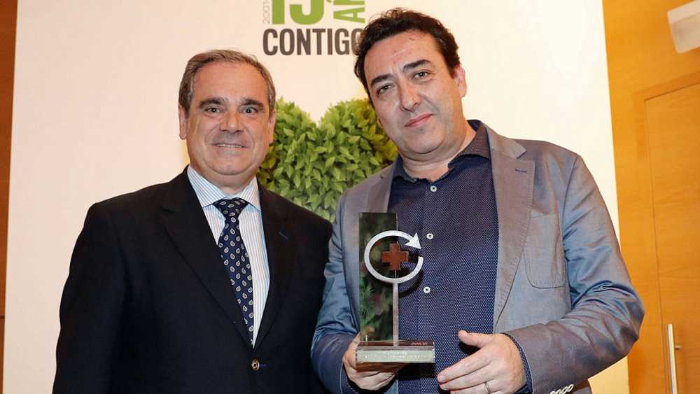 Juan Manuel Hidalgo, director de La 2, cadena que emite 'El escarabajo verde', han recogido el galardón
