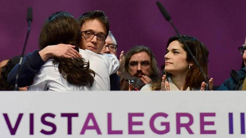 Iglesias y Errejón se abranzan en el Congreso Vistalegre II.