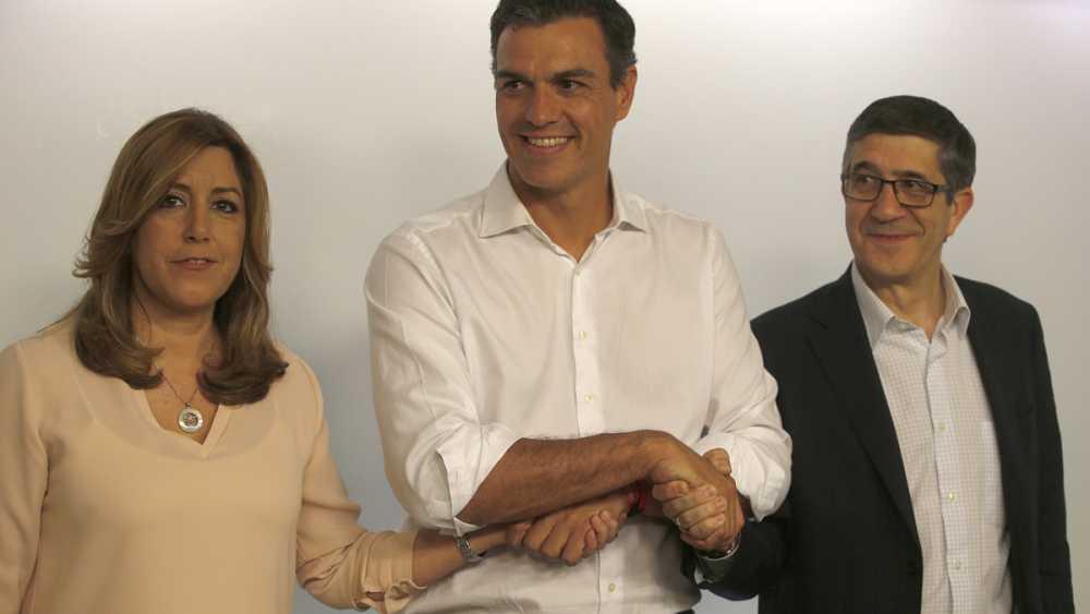 El secretario general electo del PSOE, Pedro Sánchez, posa junto con sus rivales en las primarias socialistas, Susana Díaz y Patxi López.