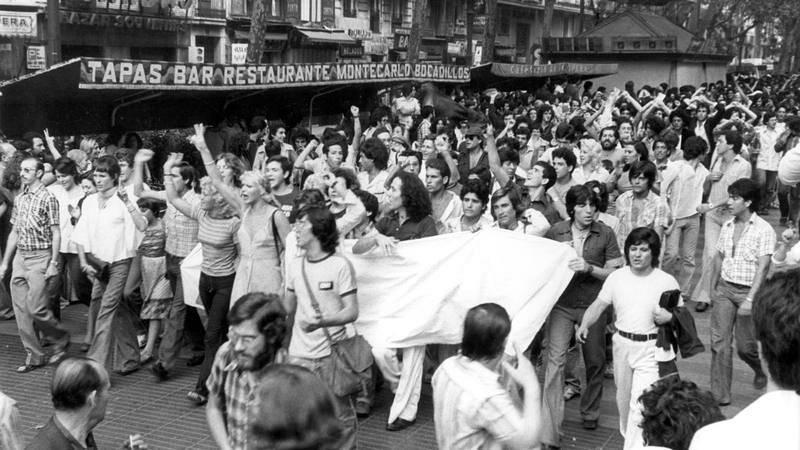 """Primera manifestación homosexual en España convocada en Barcelona por el """"Front D'alliberament Gai de Catalunya"""" el 26 de junio de 1977"""