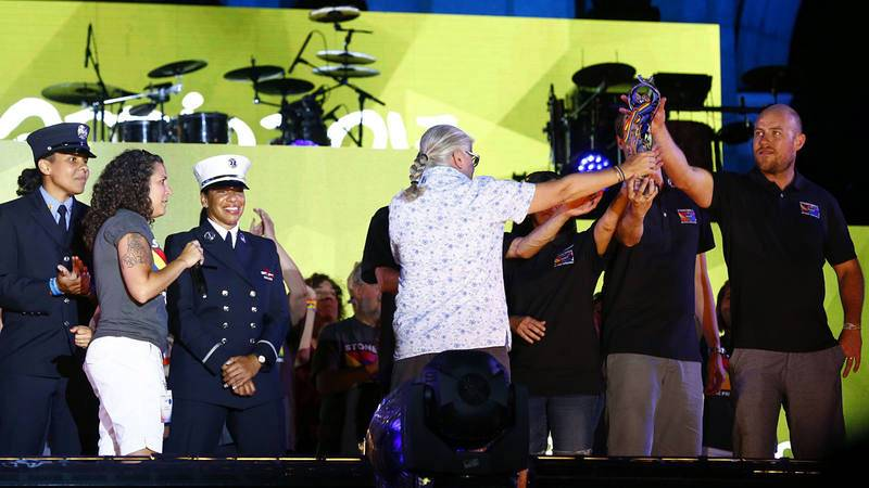 Representantes de Nueva York recogen el testigo como organizadores del World Pride 2019, durante la gala de clausura en la Puerta de Alcalá, en Madrid
