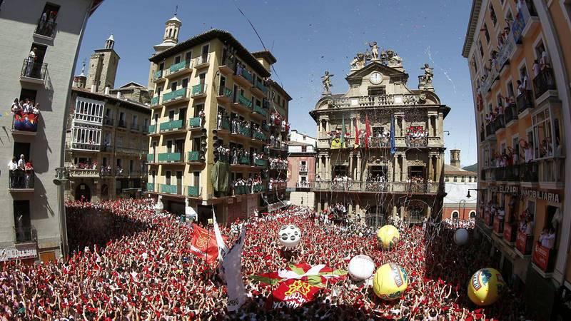 Miles de personas festejan con sus pañuelos alzados el inicio de las fiestas de San Fermín 2016
