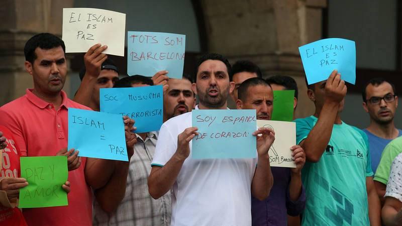 La comunidad musulmana de Ripoll y familiares de los terroristas de Barcelona y Cambrils se manifiestan en contra de los atentados.