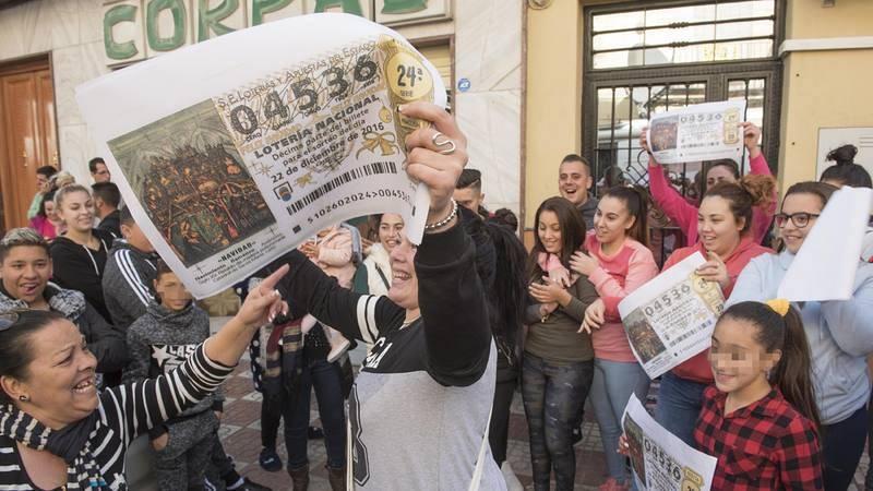 Vecinos de Pinos Puente (Granada) celebran el segundo premio del la Lotería de Navidad de 2016