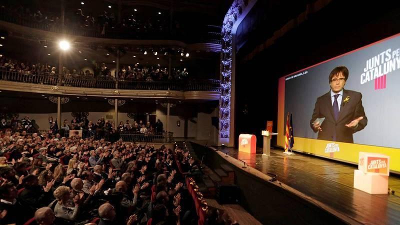 Puigdemont interviene en un mitin por videoconferencia desde Bruselas.