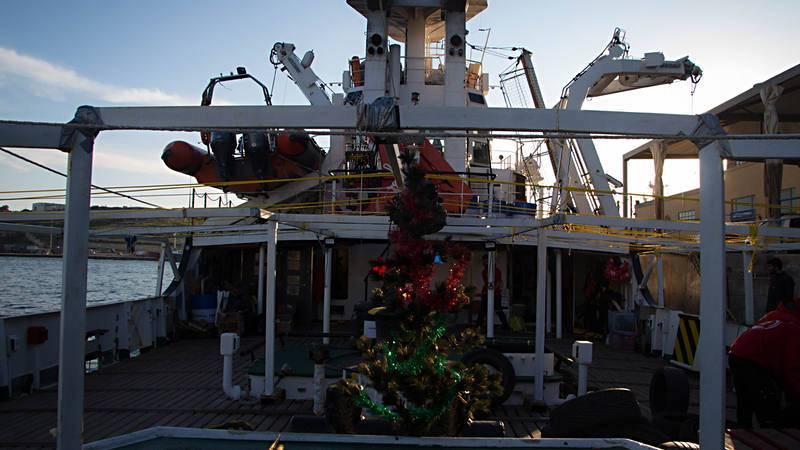 Un pequeño árbol navideño decora la cubierta del 'Open Arms', el barco de la ONG ProActiva; de fondo, suenan villancicos