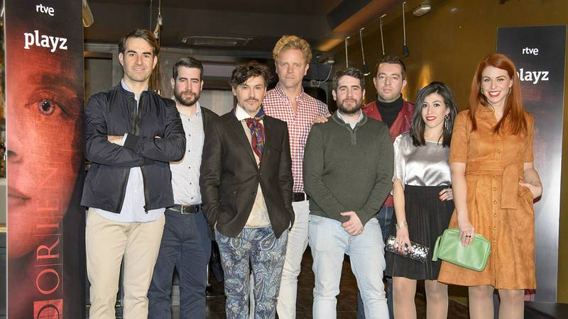 Foto de familia del reparto de 'Dorien' con los directores, los hermanos Kiko y Javier Prada