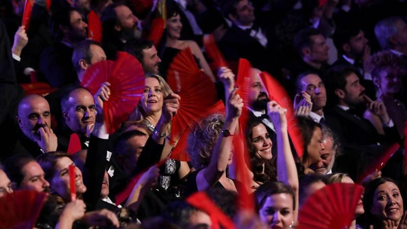 Cerca de 2.000 abanicos rojos exigen más mujeres en el cine español