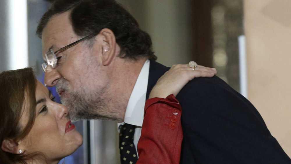 El presidente del Gobierno, Mariano Rajoy, saluda a la vicepresidenta, Soraya Sáenz de Santamaría