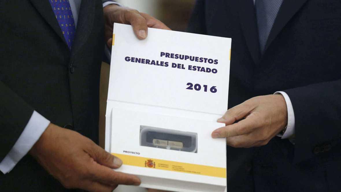 Primer plano del estuche que contiene el USB del proyecto de ley de Presupuestos Generales del Estado 2016
