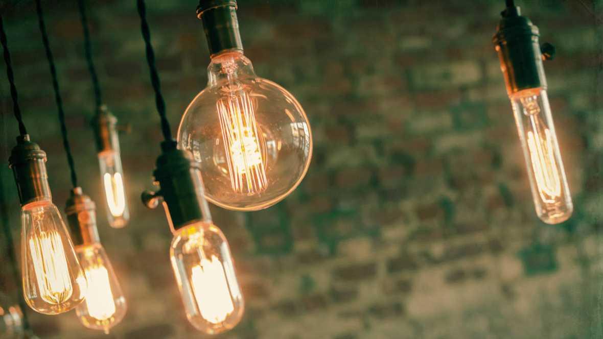 Varias bombillas encendidas