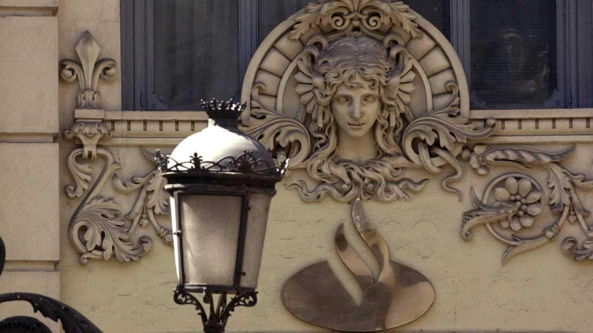 El logo del Banco de Santander en un edificio de la Plaza de Canalejas en Madrid