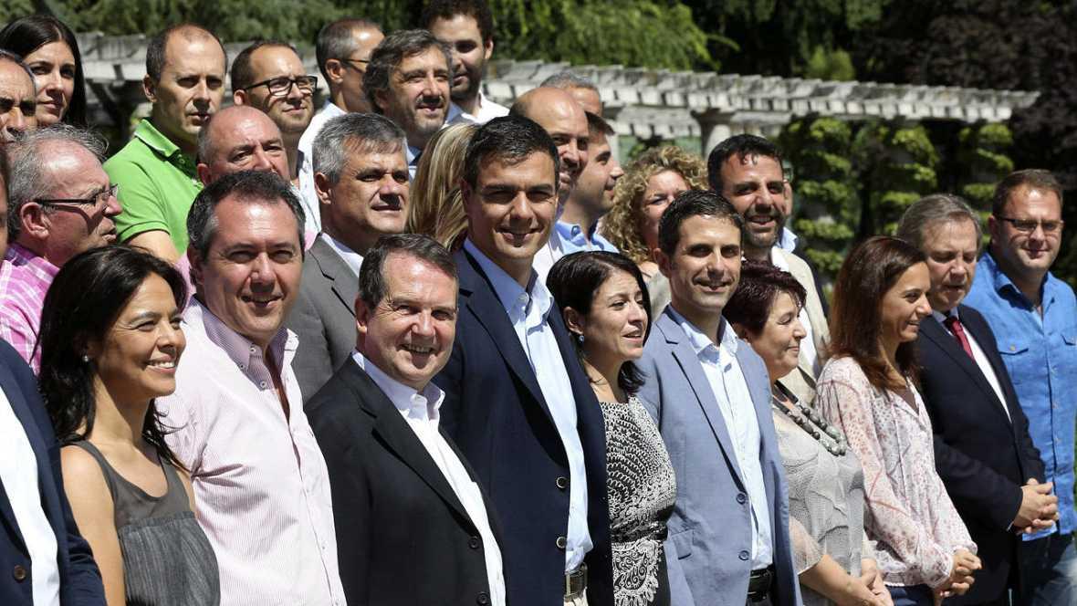 El secretario general del PSOE, Pedro Sánchez (4-i), en un foro con alcaldes socialistas en Madrid