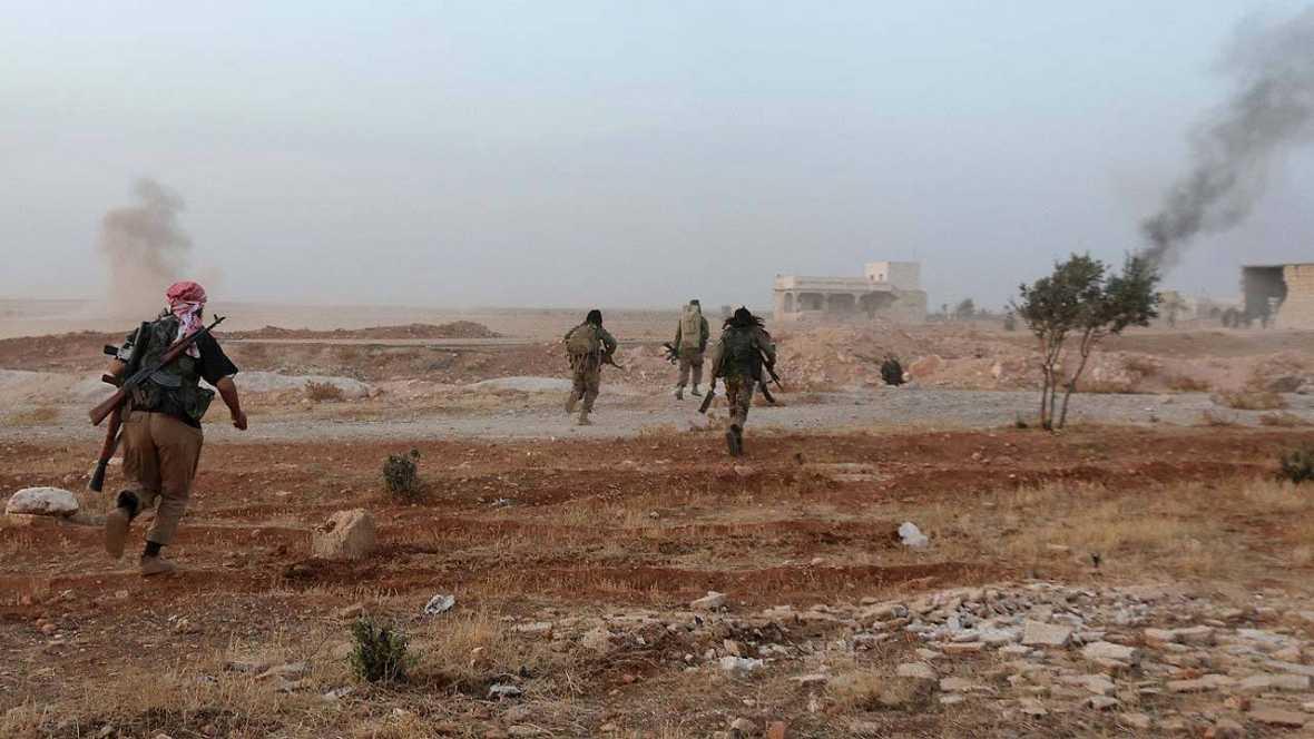 Rebeldes sirios durante los combates en el monte Azzan, cerca de la ciudad de Alepo. AFP PHOTO / THAER MOHAMMED