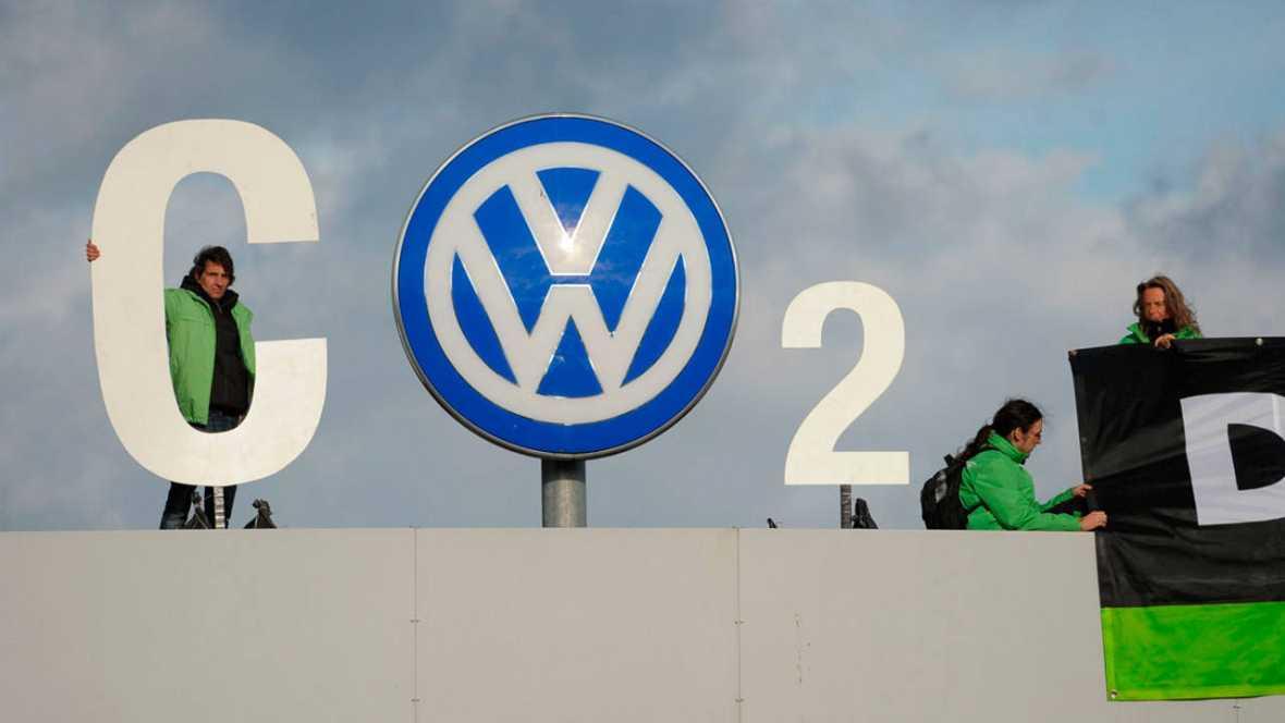 Activistas de Greenpeace protestan en la entrada de la sede de Volkswagen en Wolfsburgo