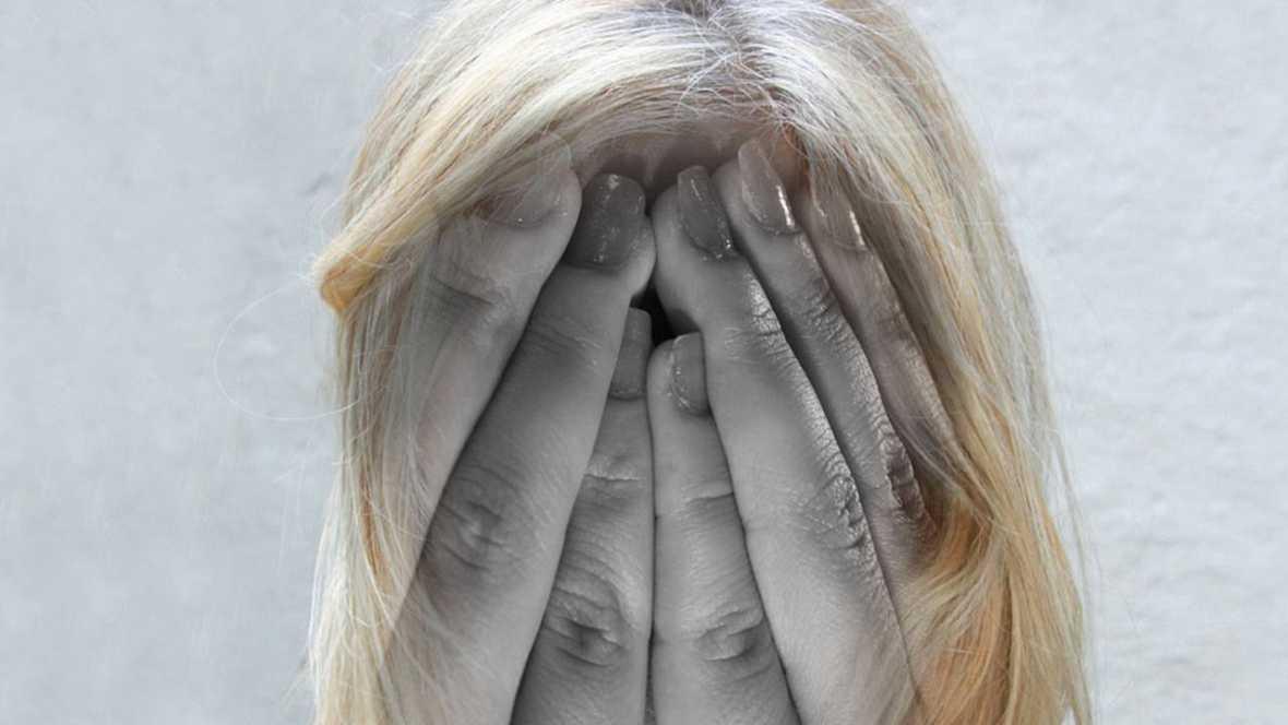 Las personas que experimentan psicosis pueden presentar alucinaciones o delirios.