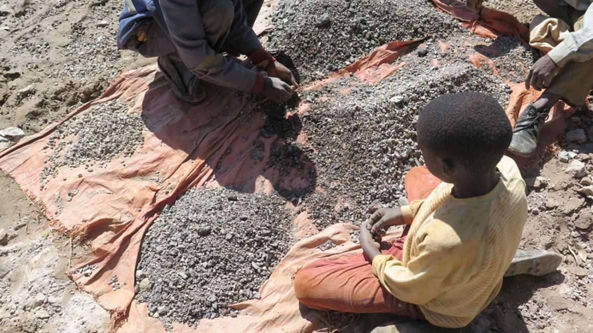 Niño maneja cobalto en una mina en la RDC