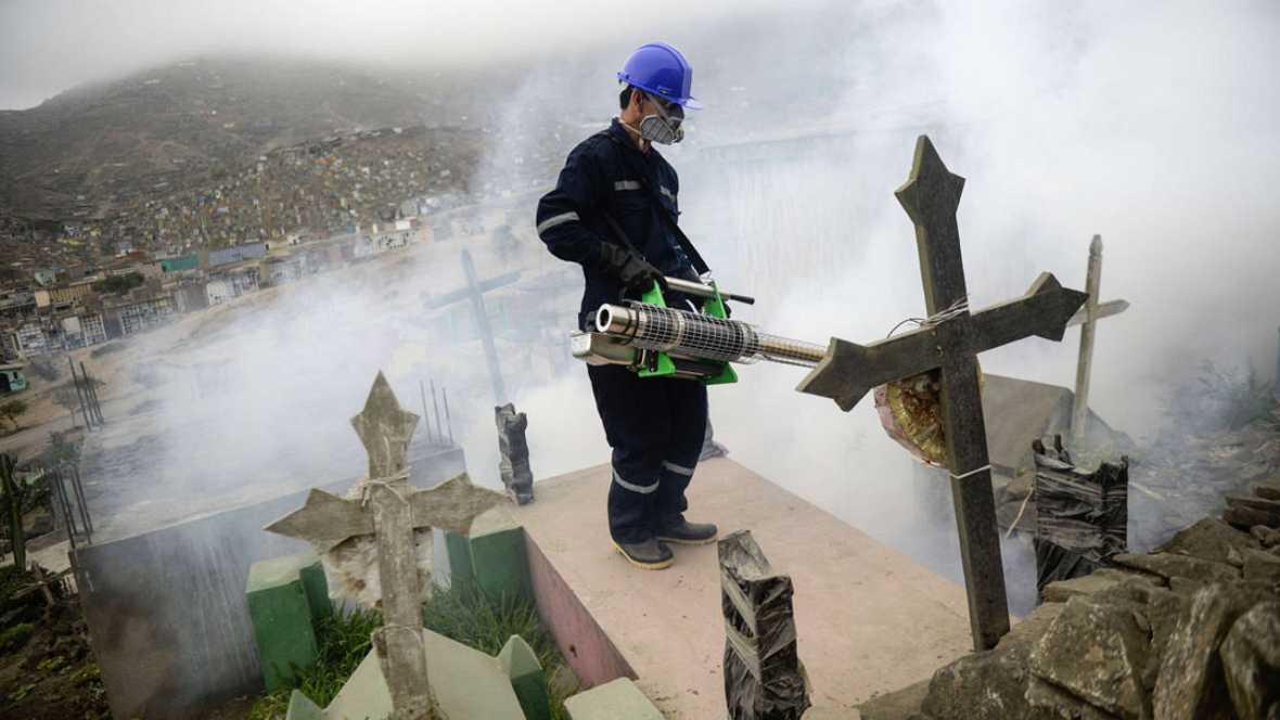 Un especialista fumigando en el cementerio de Nueva Esperanza, en Lima, para prevenir el virus del Zika.