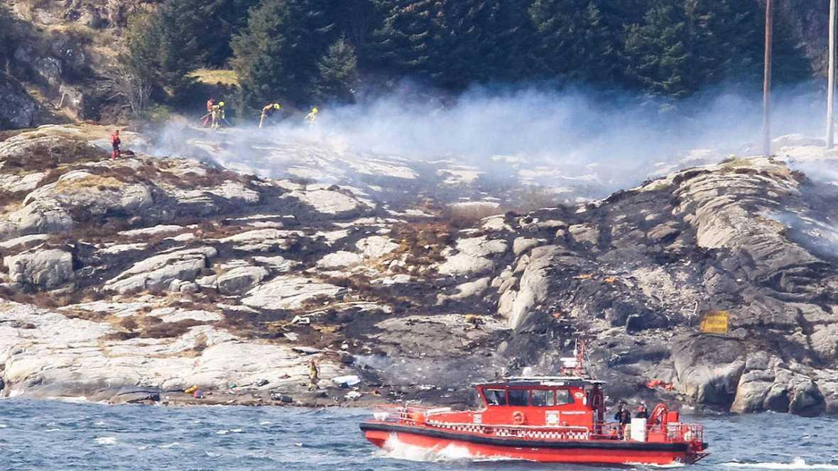 Los equipos de rescate trabajan en la zona donde se ha estrellado el helicóptero en Bergen, Noruega