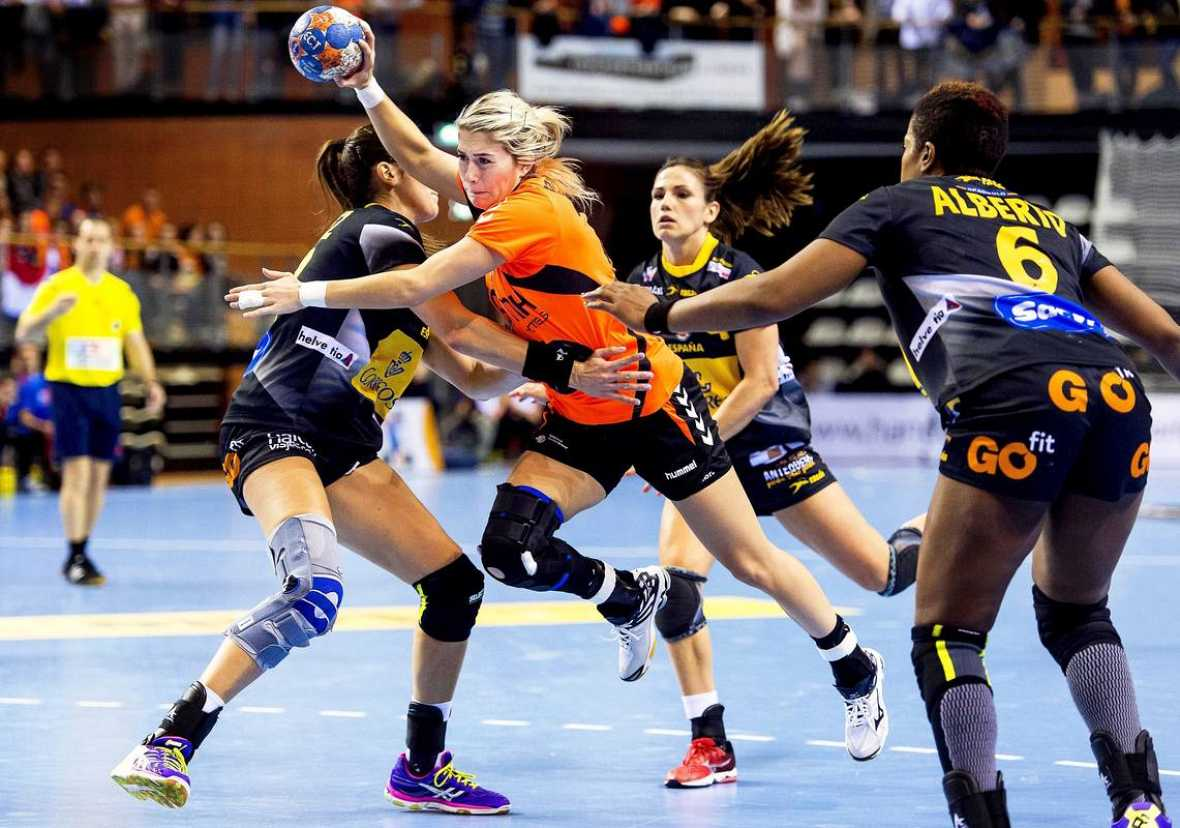La jugadora holandesa de balonmano Estevana Polman (c) intenta marcar ante las españolas durante el partido de clasificación para el Europeo femenino de Suecia 2016 disputado en Almere, Holanda.