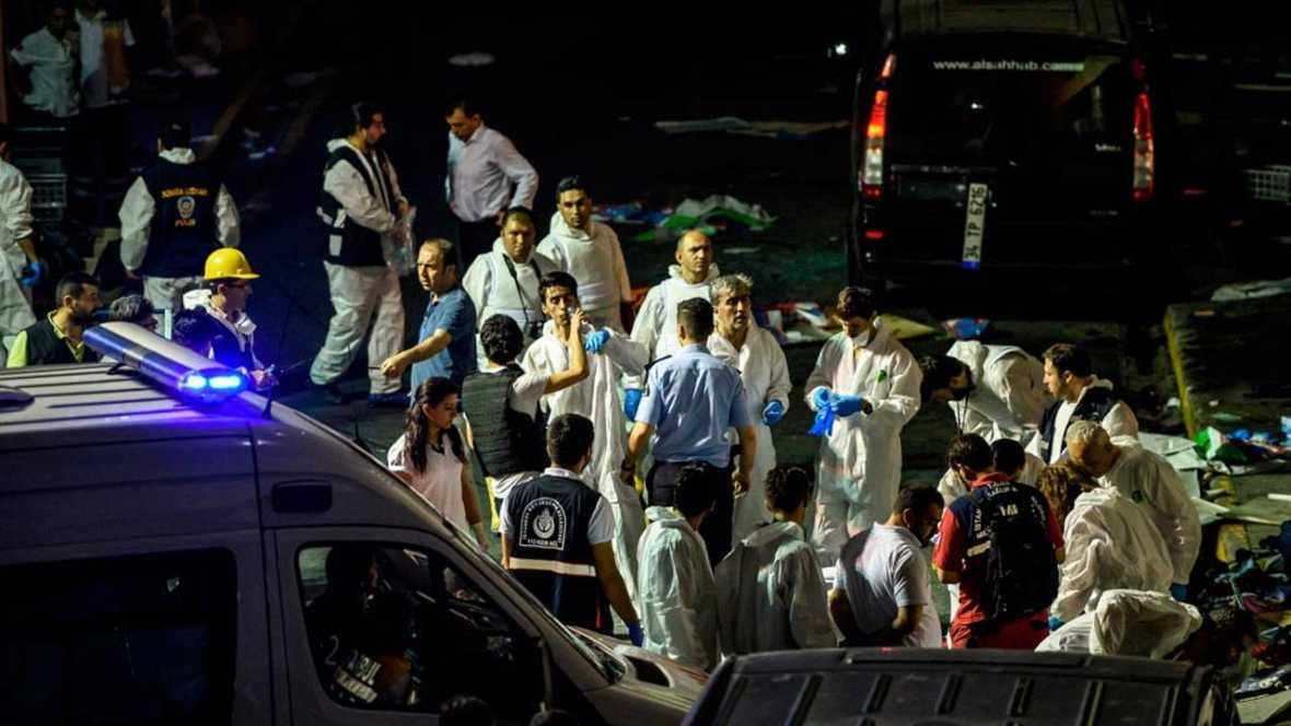 La policía forense inspecciona el lugar del atentado