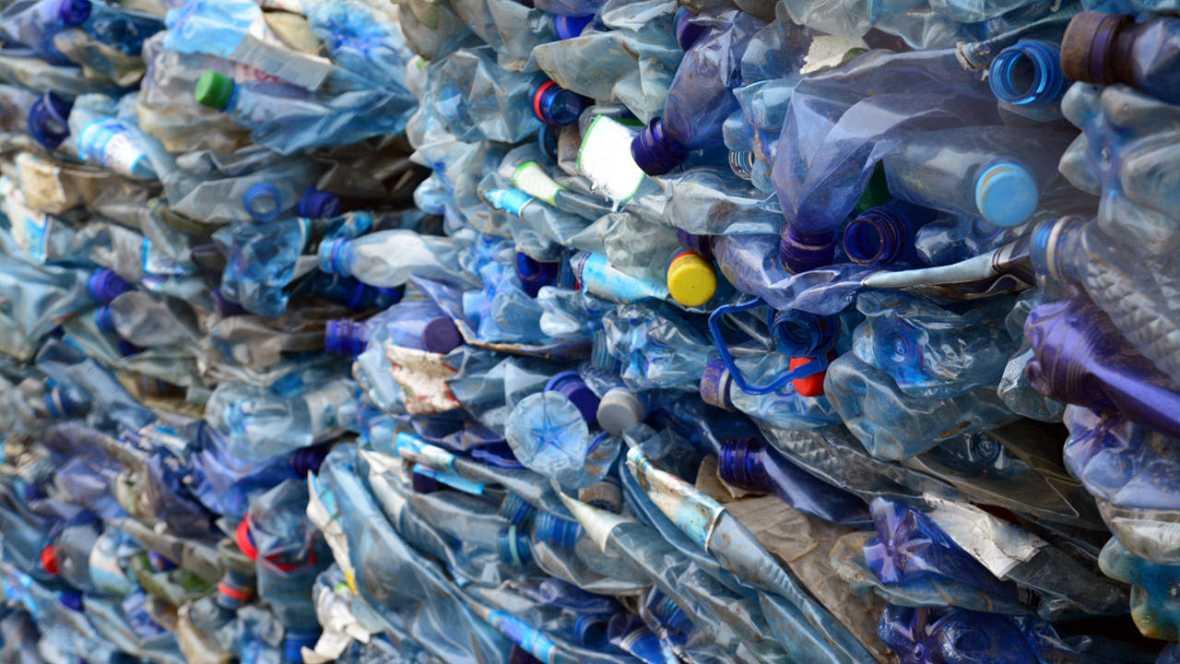 La construcción de pavimento se basa en reciclaje de residuos plásticos.