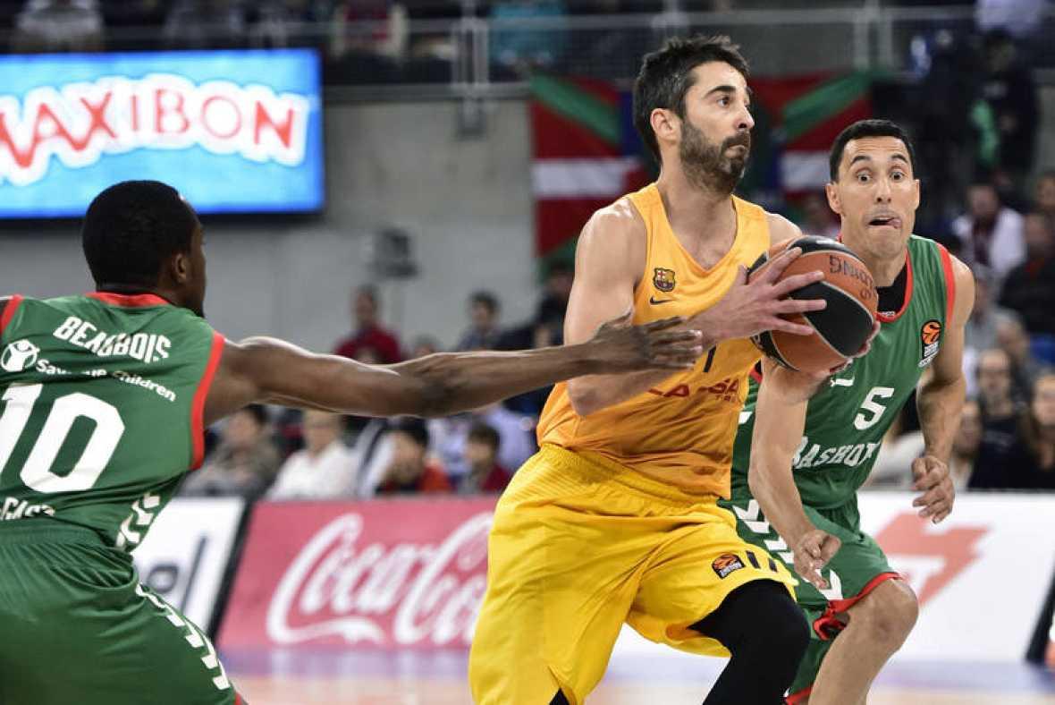 Navarro lucha por pasar con los jugadores del Baskonia.
