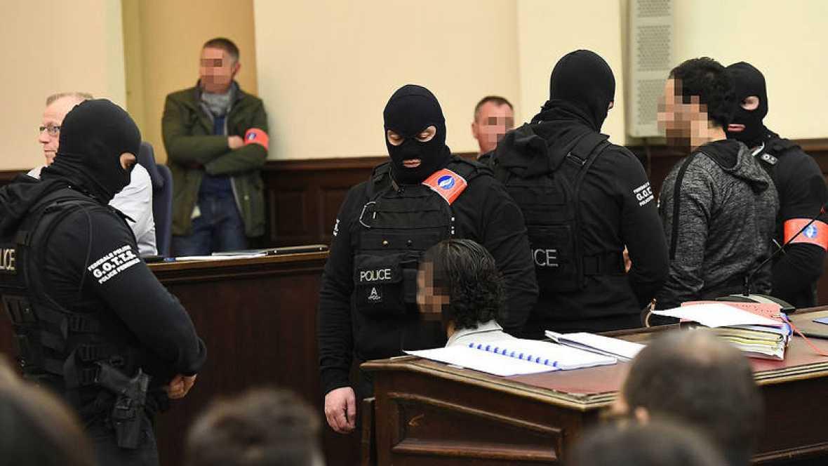 El presunto terrorista Salah Abdeslam (izquierda, sentado y con la cara difuminada) durante el primero de los juicios a los que se enfrenta, en el Palacio de Justicia de Bruselas, Bélgica. El sospechoso en pie es su presunto cómplice, Sofiane Ayari