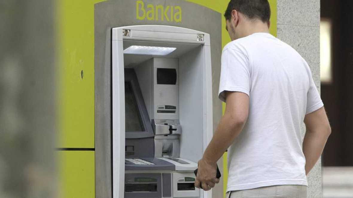 Un hombre opera en un cajero automático de Bankia en Madrid