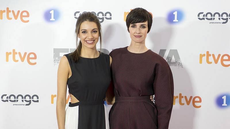 Paz Vega y Ana Guerra posan juntas en el photocall de 'Fugitiva'