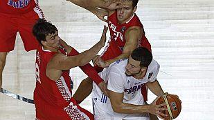 El ala-pívot de Francia Joffrey Lauvergne (d) controla el balón ante Bojan Bogdanovic y Dario Saric.